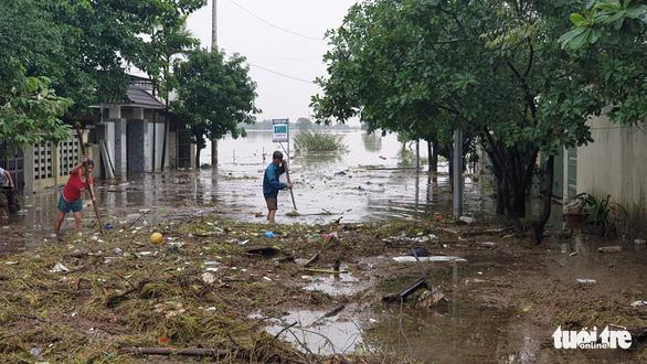 Quảng Trị vẫn ngập nặng, xuyên đêm di dời hàng ngàn hộ dân Đông Hà - Ảnh 3.