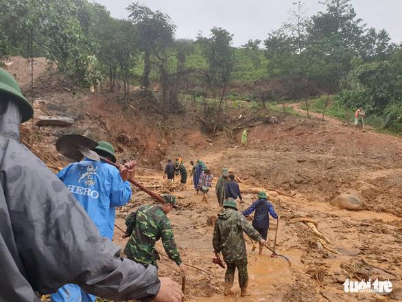 Sạt lở núi vùi lấp 22 cán bộ chiến sĩ: Đã tìm thấy 14 thi thể, điều 2 trực thăng cứu nạn - Ảnh 15.