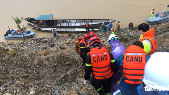 Huy động 1.000 người tiếp tục tìm kiếm cứu nạn ở thủy điện Rào Trăng 3 - Ảnh 1.