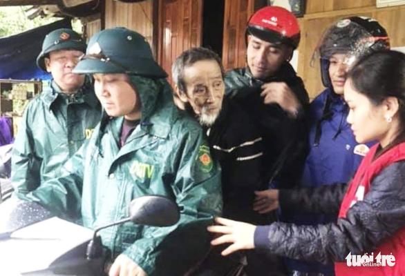 Mưa lũ chia cắt khắp nơi, hơn 200.000 học sinh Hà Tĩnh nghỉ học - Ảnh 2.