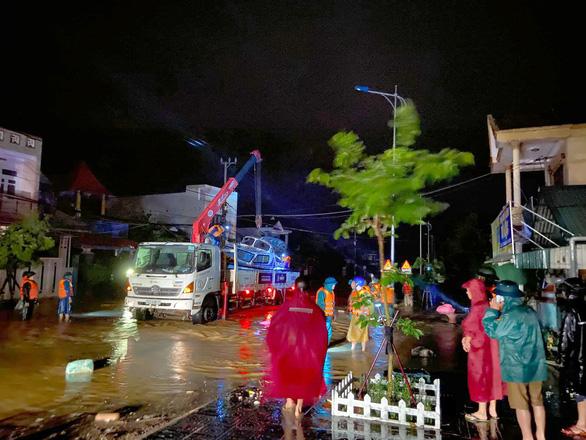 Lũ dâng nhanh trong đêm, dân Quảng Trị lên mạng cầu cứu khẩn thiết - Ảnh 3.
