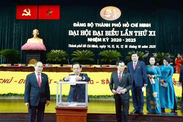 Đại biểu Đại hội Đảng bộ TP.HCM đóng góp ủng hộ đồng bào lũ lụt - Ảnh 1.