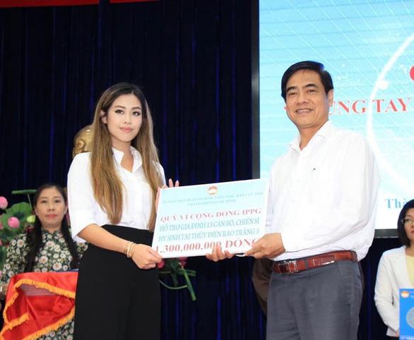 Con gái Johnathan Hạnh Nguyễn trao 3,3 tỉ cho miền Trung và gia đình 13 liệt sĩ Rào Trăng 3 - Ảnh 1.