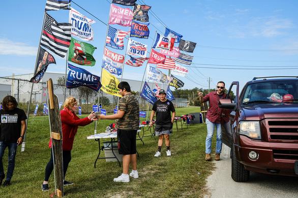 Ứng viên bầu tổng thống Mỹ giành giật từng lá phiếu - Ảnh 1.