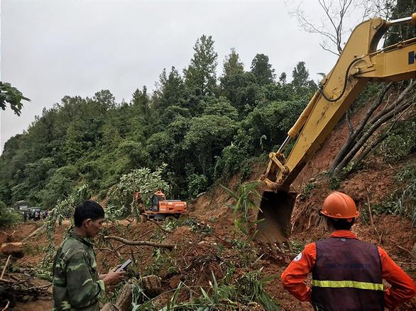 Sạt lở núi vùi lấp 22 cán bộ chiến sĩ: Đã tìm thấy 14 thi thể, điều 2 trực thăng cứu nạn - Ảnh 8.