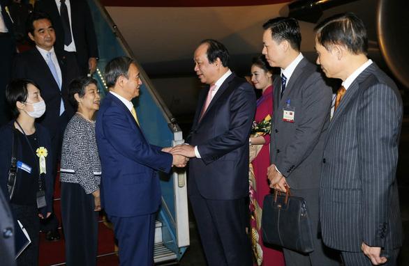 Thủ tướng Nhật Bản Suga Yoshihide đã đến Hà Nội, chính thức thăm Việt Nam - Ảnh 1.