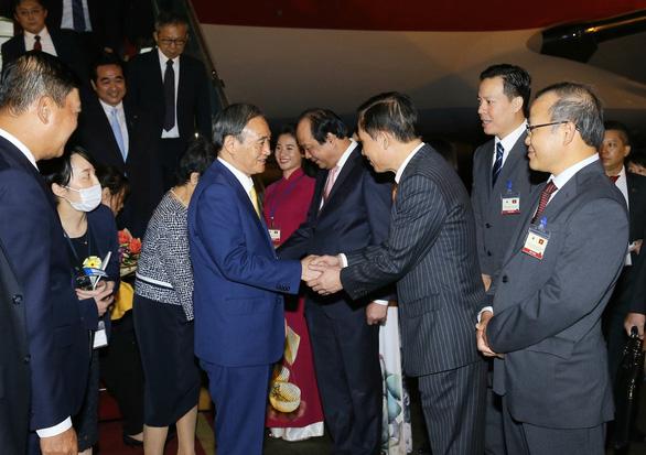 Thủ tướng Nhật Bản Suga Yoshihide đã đến Hà Nội, chính thức thăm Việt Nam - Ảnh 5.