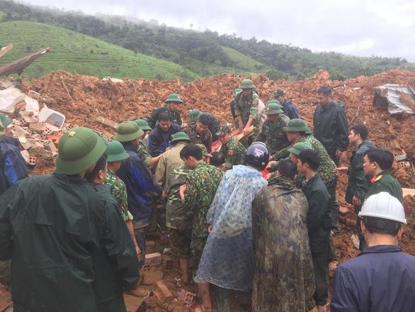 Sạt lở núi vùi lấp 22 cán bộ chiến sĩ: Đã tìm thấy 14 thi thể, điều 2 trực thăng cứu nạn - Ảnh 7.