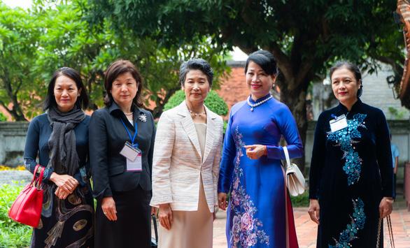 Phu nhân 2 thủ tướng Việt - Nhật thăm Văn Miếu trong tiết thu Hà Nội - Ảnh 1.