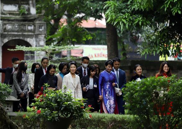 Phu nhân 2 thủ tướng Việt - Nhật thăm Văn Miếu trong tiết thu Hà Nội - Ảnh 2.