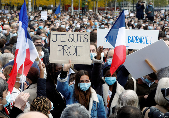 Người Pháp xuống đường: 'Tôi không sợ, chúng tôi không sợ' - Ảnh 1.