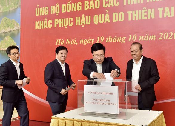 Lãnh đạo Chính phủ quyên góp ủng hộ đồng bào miền Trung - Ảnh 2.