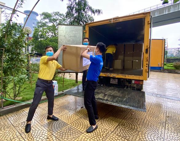 Bưu điện Việt Nam miễn phí chuyển phát hàng cứu trợ đến vùng lũ lụt - Ảnh 1.