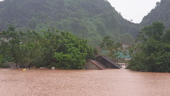 128 người chết và mất tích, miền Trung lại đón áp thấp nhiệt đới có thể mạnh thành bão - Ảnh 2.