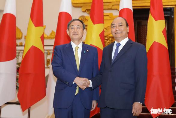 Thủ tướng Nguyễn Xuân Phúc tiếp đón Thủ tướng Suga Yoshihide - Ảnh 1.