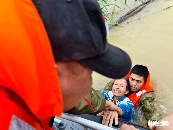 Vợ sắp sinh, nhà ngập vẫn hết lòng lao ra biển lũ cứu dân - Ảnh 3.