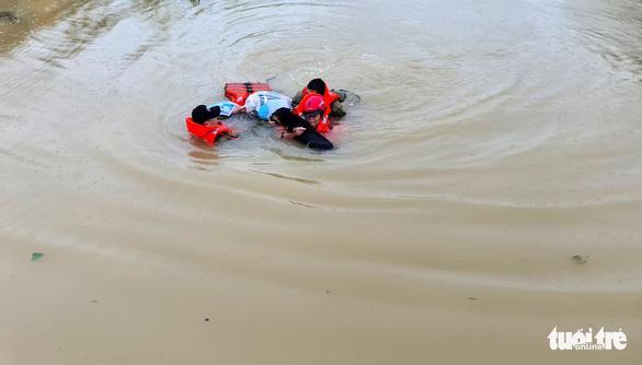 Vợ sắp sinh, nhà ngập vẫn hết lòng lao ra biển lũ cứu dân - Ảnh 1.