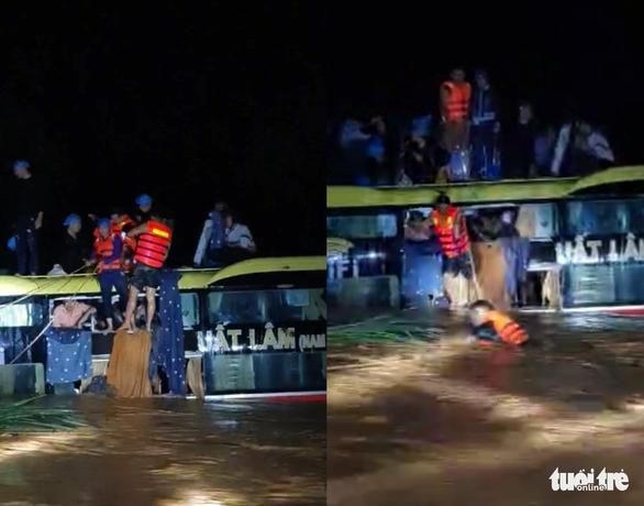 Thót tim giải cứu 20 người trên xe khách bị lũ cuốn trong đêm - Ảnh 1.