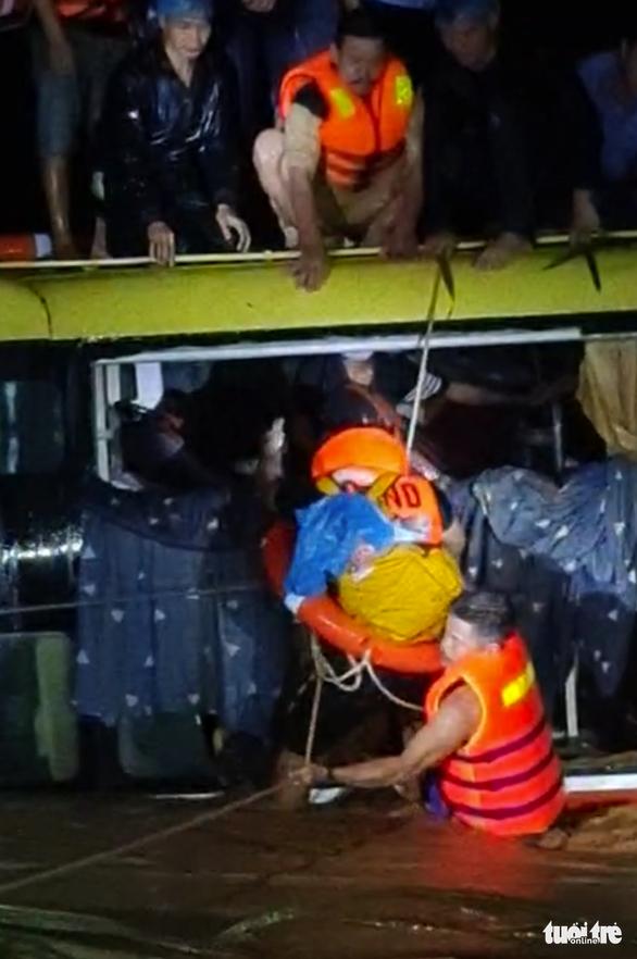 Thót tim giải cứu 20 người trên xe khách bị lũ cuốn trong đêm - Ảnh 4.