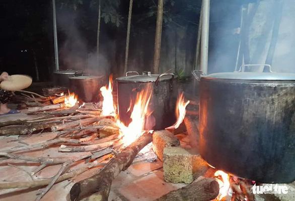 Bà con Nghệ An nấu bánh chưng gửi vô vùng lũ Hà Tĩnh, Quảng Bình - Ảnh 6.