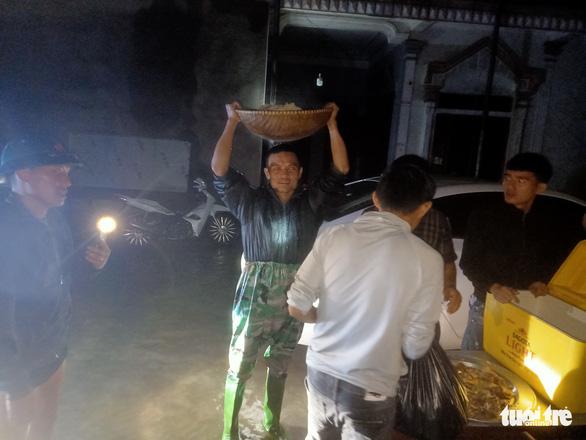 Bà con Nghệ An nấu bánh chưng gửi vô vùng lũ Hà Tĩnh, Quảng Bình - Ảnh 7.