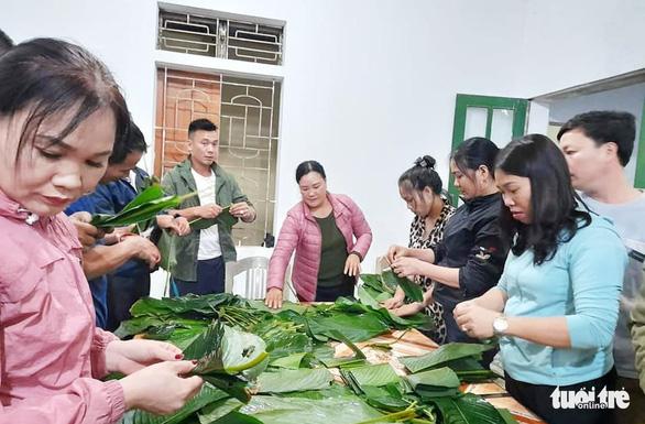 Bà con Nghệ An nấu bánh chưng gửi vô vùng lũ Hà Tĩnh, Quảng Bình - Ảnh 5.