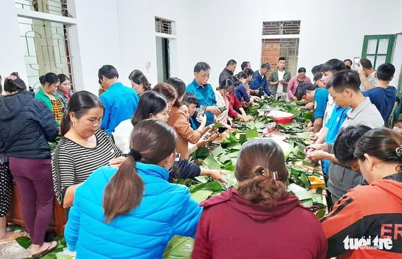 Bà con Nghệ An nấu bánh chưng gửi vô vùng lũ Hà Tĩnh, Quảng Bình - Ảnh 1.