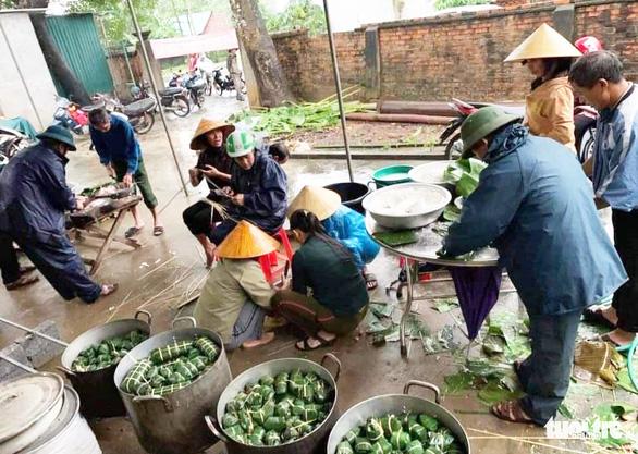 Bà con Nghệ An nấu bánh chưng gửi vô vùng lũ Hà Tĩnh, Quảng Bình - Ảnh 2.