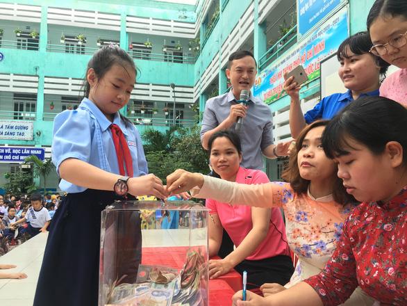Bán tranh, đấu giá trái banh có chữ ký của HLV Park Hang Seo để ủng hộ miền Trung