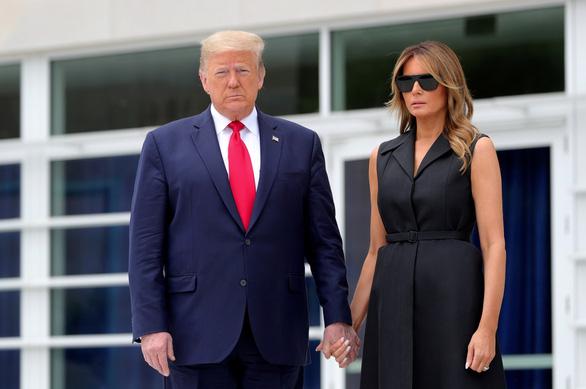 Ông Trump và vợ mắc COVID-19, chứng khoán Mỹ lao dốc - Ảnh 1.