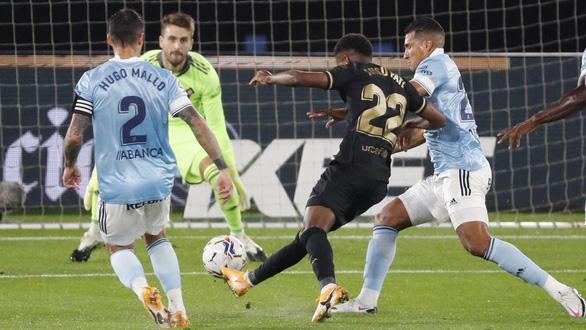 Làm cho đối phương phản lưới, Messi giúp 10 người Barca đánh bại Celta Vigo - Ảnh 2.