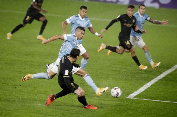 Làm cho đối phương phản lưới, Messi giúp 10 người Barca đánh bại Celta Vigo - Ảnh 3.