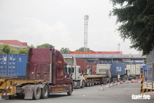 Kẹt cứng đường vào cảng Cát Lái, xe đưa dâu chôn chân trên cầu Phú Mỹ - Ảnh 4.