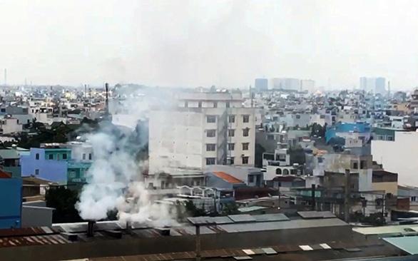 Nhà máy ồn, ngột ngạt khu dân cư: Không đình chỉ vì... chưa có quy định - Ảnh 1.