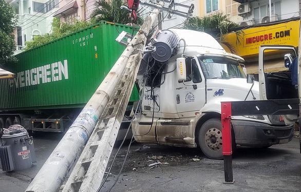 Xe container kéo sập trụ điện, gần 500 nhà dân cúp điện - Ảnh 1.