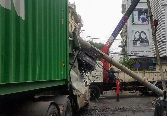 Xe container kéo sập trụ điện, gần 500 nhà dân cúp điện - Ảnh 2.