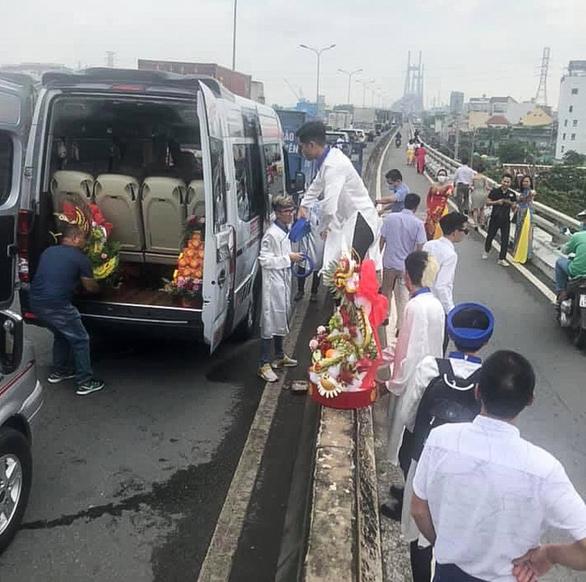 Kẹt cứng đường vào cảng Cát Lái, xe đưa dâu chôn chân trên cầu Phú Mỹ - Ảnh 1.