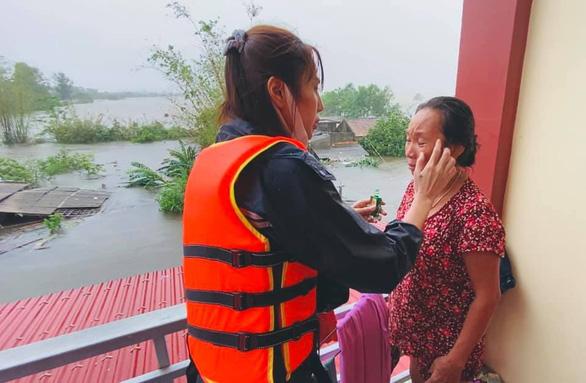 Thủy Tiên thăm nhà dân ở Quảng Bình - Ảnh: FB NHÂN VẬT