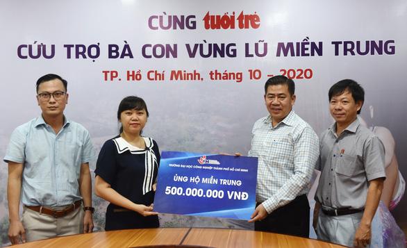 ĐH Công nghiệp TP.HCM trao 500 triệu đồng ủng hộ bà con vùng lũ - Ảnh 1.