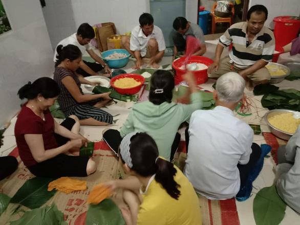 Hội phụ nữ trắng đêm nấu bánh chưng gửi đồng bào miền Trung - Ảnh 2.