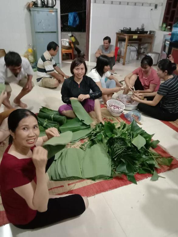 Hội phụ nữ trắng đêm nấu bánh chưng gửi đồng bào miền Trung - Ảnh 1.