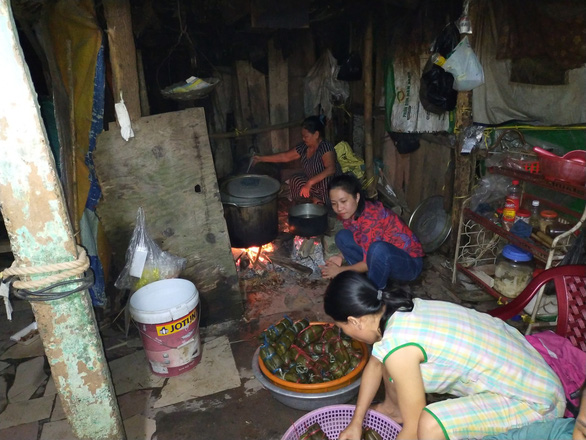 Vừa dọn dẹp lũ, các cô giáo mầm non Huế vừa nấu bánh tét tặng bà con Quảng Bình - Ảnh 2.