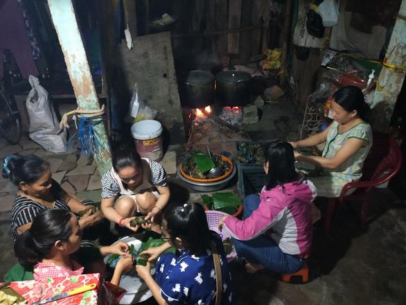 Vừa dọn dẹp lũ, các cô giáo mầm non Huế vừa nấu bánh tét tặng bà con Quảng Bình - Ảnh 1.