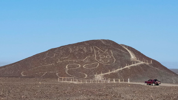 Phát hiện hình vẽ con mèo có niên đại 2.000 năm trên quả đồi ở Peru - Ảnh 1.