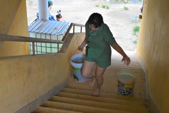 Khu công nghiệp ngưng cấp nước, 100 hộ dân xách từng xô nước giếng về dùng - Ảnh 1.