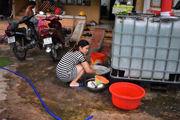 Khu công nghiệp ngưng cấp nước, 100 hộ dân xách từng xô nước giếng về dùng - Ảnh 2.