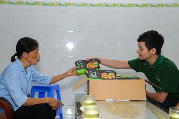 Quà bạn đọc báo Tuổi Trẻ đến với trẻ em mồ côi, khuyết tật ở vùng lũ Thừa Thiên Huế - Ảnh 3.