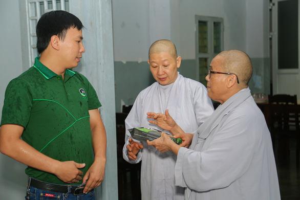 Quà bạn đọc báo Tuổi Trẻ đến với trẻ em mồ côi, khuyết tật ở vùng lũ Thừa Thiên Huế - Ảnh 2.