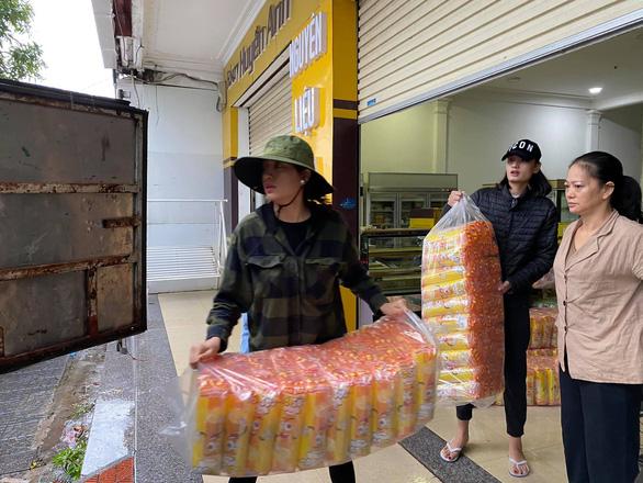 Nhiều nghệ sĩ đi miền Trung cứu trợ, Thủy Tiên nhận quyên góp hơn 100 tỉ đồng - Ảnh 3.