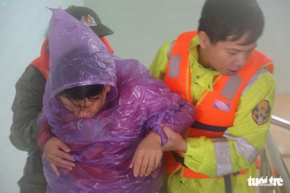 Công an dùng canô chở bà bầu đi sinh trong lũ lớn ở Quảng Bình - Ảnh 3.